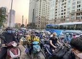 Đường Nguyễn Hữu Cảnh kẹt cứng vào giờ cao điểm