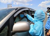 COVID-19: CSGT kiểm tra y tế hàng ngàn xe vào TP.HCM