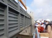 Lắp cửa van ngăn triều lớn nhất Việt Nam