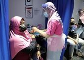 COVID-19: Malaysia bắt buộc toàn bộ nhân viên chính phủ tiêm vaccine