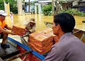 Pháp Luật TP.HCM trao tiếp 200 phần quà cho đồng bào vùng bão