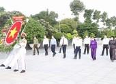 Lãnh đạo TP.HCM viếng nghĩa trang, tưởng niệm các anh hùng liệt sĩ