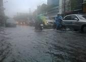 Đà Nẵng: Mưa lớn, nhiều tuyến đường 'biến thành sông'