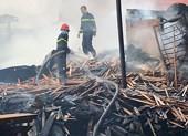 Xưởng gỗ ở Củ Chi bùng cháy dữ dội sau tiếng nổ lớn