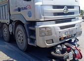Cô gái bị xe tải kéo lê 5m, tử vong tại chỗ