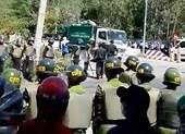 Tung lực lượng giữ trật tự bãi rác Khánh Sơn