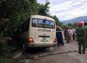 Xe chở sinh viên nước ngoài va vào núi, 14 người bị thương