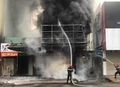 Giải cứu thai phụ kẹt trong đám cháy ở quận 5, TP.HCM