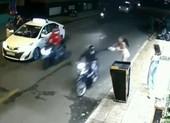 Clip cô gái giằng lại túi xách từ tay cướp giật ở quận 1