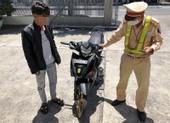 CSGT truy bắt nam thanh niên bốc đầu xe trên đèo Hải Vân