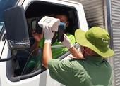 Lực lượng trực chốt tự chế 'ống' camera để quét mã QR