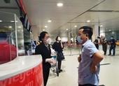 Hành khách sốt ruột chờ TP Đà Nẵng tiếp nhận chuyến bay