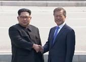 Hai ông Moon, Kim bắt tay tại ranh giới liên Triều