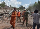 Indonesia hứng trận động đất thứ 3, số người chết tăng gần 400