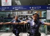 Sân bay Hong Kong tê liệt, tràn ngập người biểu tình, cảnh sát