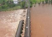Cầu sập bất ngờ, hàng loạt xe buýt, xe máy rơi xuống sông