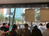Hàng nghìn người hiếu kỳ trước lãnh sự quán Mỹ tại Thành Đô