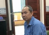 Mang dao 'xử' vợ cũ vì chuyện vay tiền nuôi con ăn học