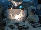 BS đối mặt phơi nhiễm HIV khi cắt khối u ung thư 6 kg