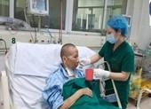 Bác gái bệnh nhân 17 hồi phục ngoạn mục, vẫy tay chào bác sĩ