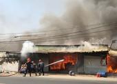 Cháy xưởng gỗ dữ dội ở Bình Chánh, 1 người bị thương