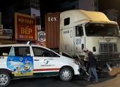 Container húc dải phân cách, tông 2 ô tô ở Bình Thạnh