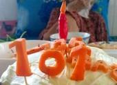 Xúc động chiếc bánh sinh nhật tặng mẹ già 101 tuổi trong khu phong tỏa