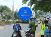 Video: Xe đầu kéo chở thiết bị điện gió cán một phụ nữ tử vong