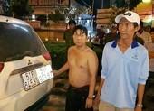CSGT lục tung bãi cỏ bắt 2 anh em chở thuốc lậu