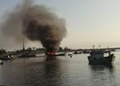 Quảng Ngãi: Cháy tàu cá 6 tỉ, 2 ngư dân bị thương nặng