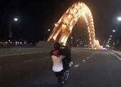 Truy tìm 2 thanh niên chạy xe bốc đầu trên cầu Rồng