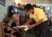 Báo Pháp Luật TP.HCM tặng quà cho người bán vé số ở Cần Thơ