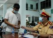Kiểm tra ma túy tài xế ở bến Ngã Tư Ga, TP.HCM lúc nửa đêm