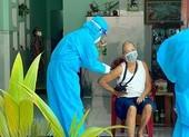 Hơn 20 người già, khuyết tật được tiêm vaccine tại nhà ở quận Bình Tân
