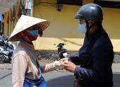 COVID-19: Ngưng bán vé số, nhiều người nghèo được giúp đỡ