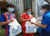 Quận Đoàn Bình Tân tặng quà cho con em công nhân có hoàn cảnh khó khăn