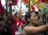 Người dân Venezuela biểu tình, chặn đường phản đối chính phủ