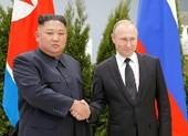 Video: Màn bắt tay giữa 2 ông Putin-Kim lần đầu gặp nhau