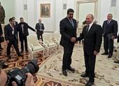 Video: Ông Maduro tặng thanh gươm cho ông Putin
