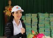 Hoa hậu Giáng My thăm và tặng quà người dân vùng lũ