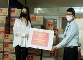 Hoa hậu Khánh Vân giản dị xuống phường tặng quà cho dân
