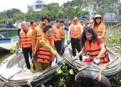 Danh hài Thúy Nga tự tay vớt rác trên kênh Thị Nghè