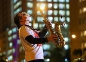 Nghẹn ngào nghe Trần Mạnh Tuấn thổi Saxophone ở bệnh viện dã chiến