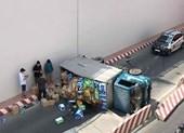 Xe tải lật, người dân giúp tài xế gom hàng hóa