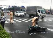 Một tài xế Grab bị tông trọng thương tại ngã tư