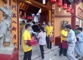 Nhà chùa phát khẩu trang cho Phật tử, khuyên không nên tụ tập