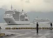 2 du thuyền chở 1.300 du khách cập cảng Chân Mây