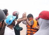Giải cứu các thuyền viên trên tàu đang chìm ở Quảng Trị