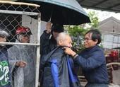 Người dân vùng tâm bão khẩn trương di dời, giằng chống nhà cửa