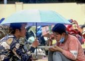 Bữa ăn vội bên chốt kiểm soát tại Thừa Thiên- Huế trên đường về quê